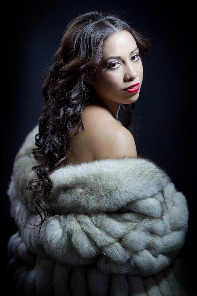 glamour-boudoir-photos-woman-fur-coat-photography-juliati