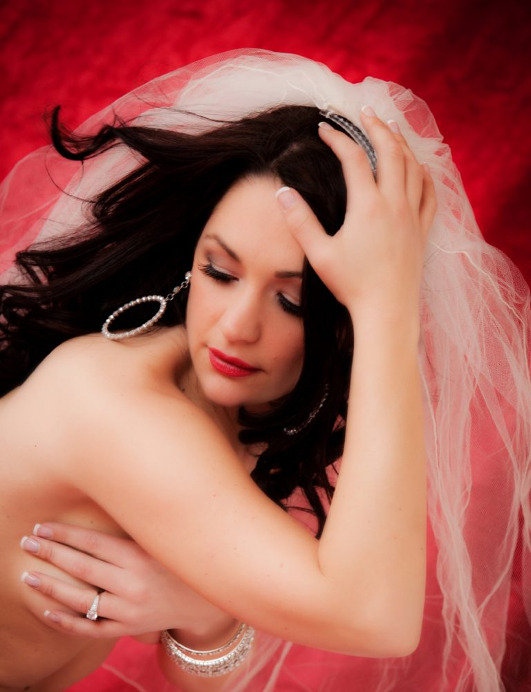bridal-nude-boudoir-photos-italian-woman-veil-juliati-photography
