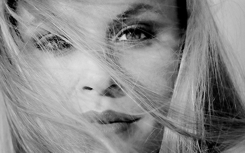 glamour-black-and-white-portrait-boudoir-photo-juliati-photography