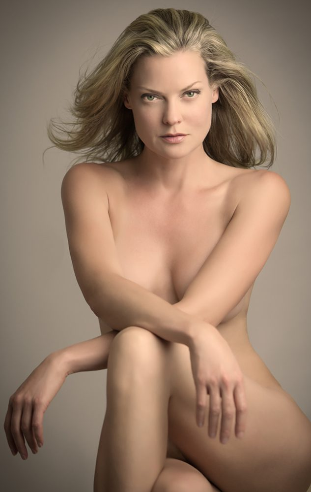 glamour-boudoir-nude-photo-woman-sensual-portrait-juliati-photography