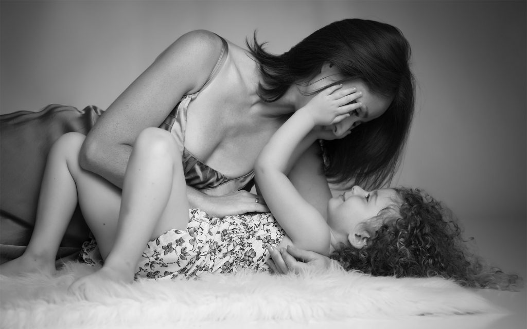 artistic-mother-daughter-black-white-photo-juliati-photography