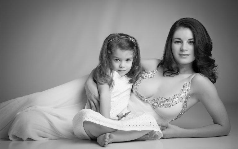 artistic-mother-daughter-photo-juliati-portrait-photography