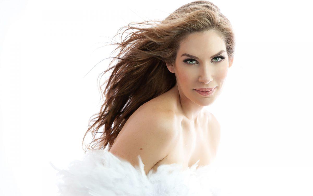 glamour-nude-woman-portrait-white-feathers-boudoir-photo-juliati-photography