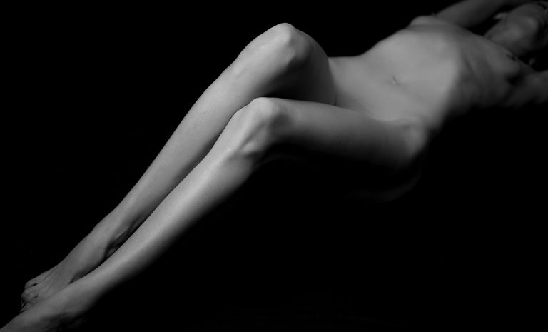 artistic-fine-art-nude-black-white-photos-women-juliati-photography